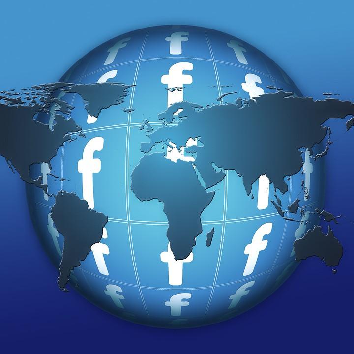גלובוס עטוף בלוגו של פייסבוק