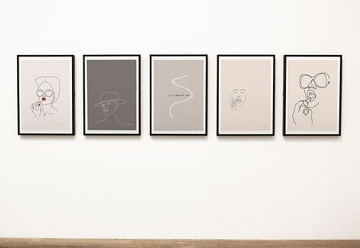 חמישה הדפסי אמנות ממוסגרים מעטרים קיר