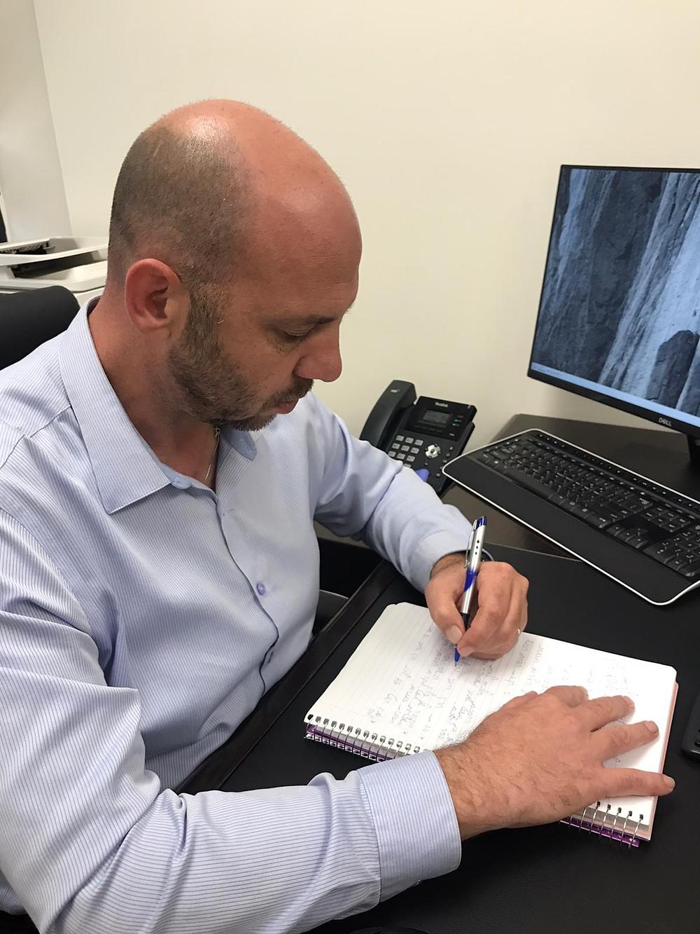 """עו""""ד אהוד גרבר עורך צוואה במשרדו"""