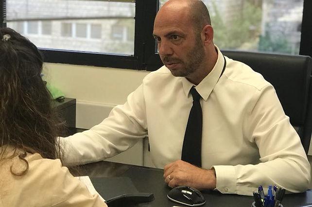 """עו""""ד גרבר בפגישה עם לקוחה"""