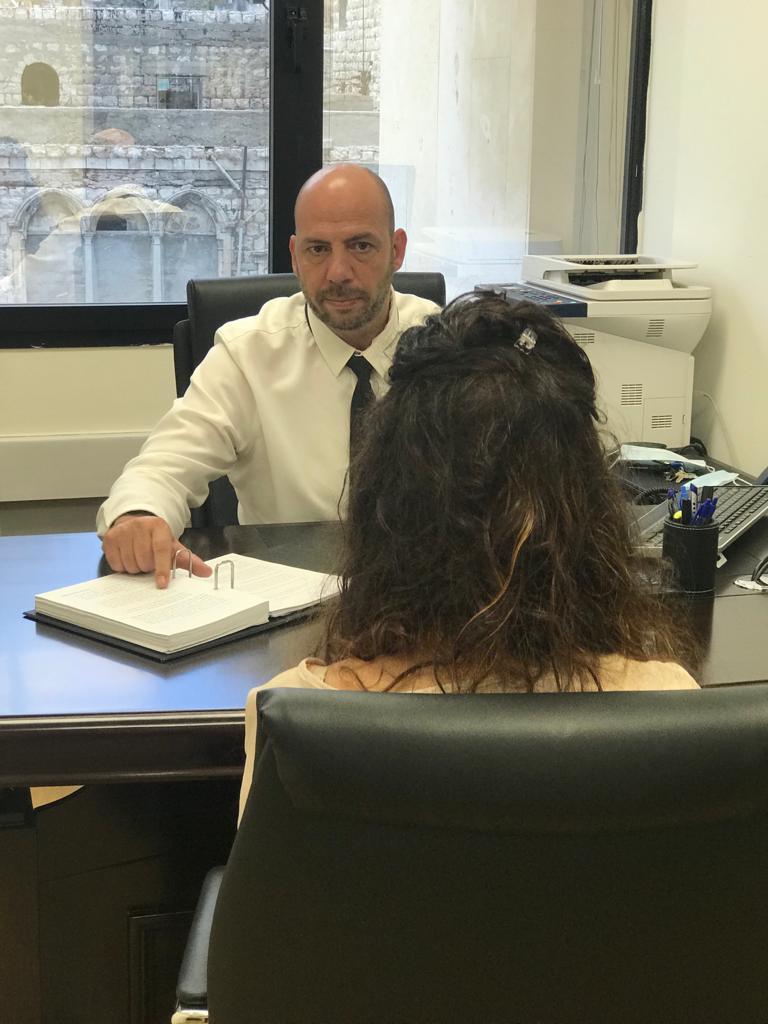 """עו""""ד אהוד גרבר עם לקוחה במשרדו"""