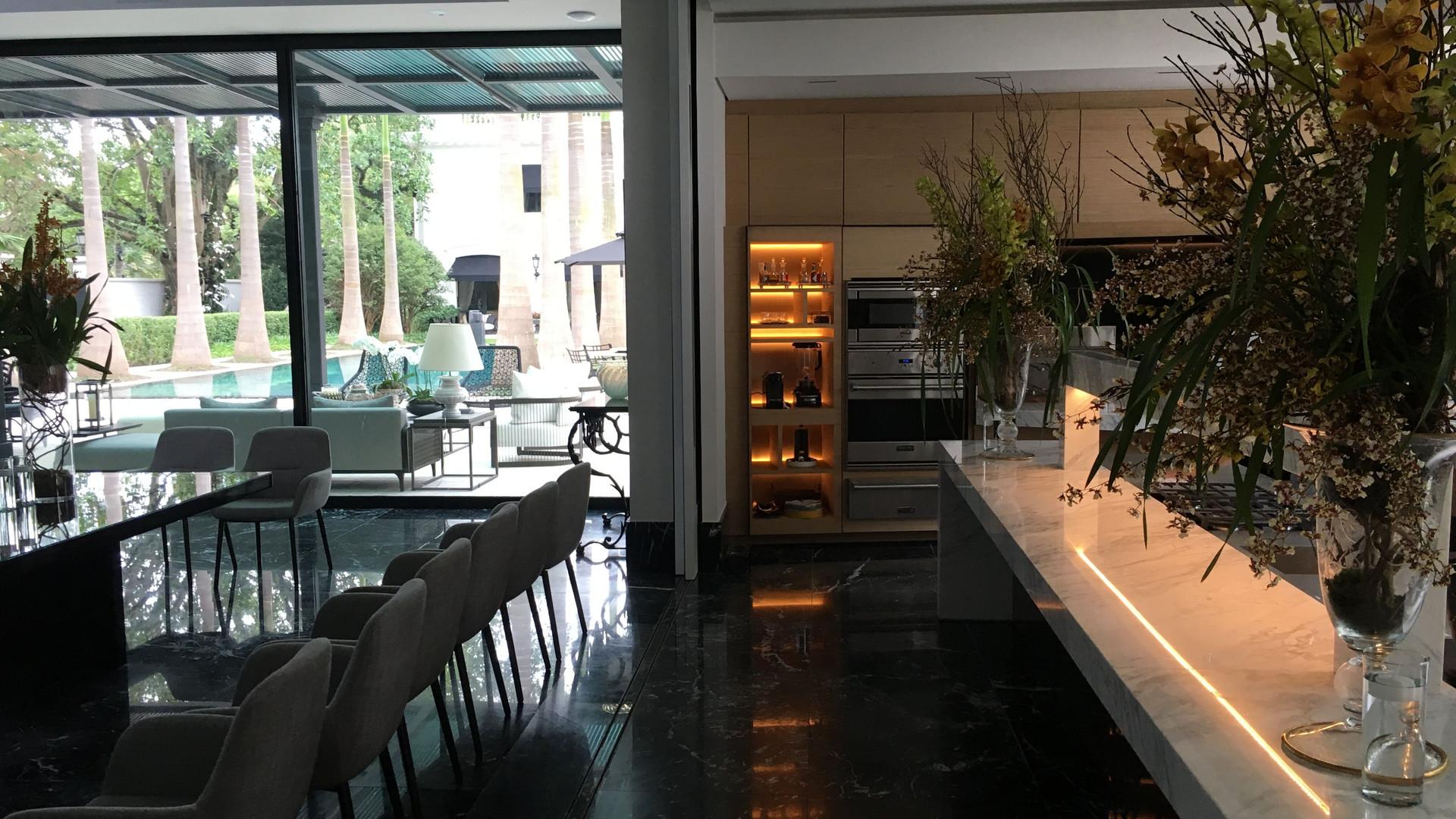 cozinha e mesa de jantar lateral