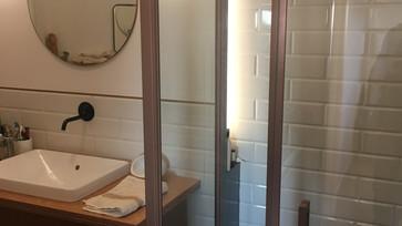 Chuveiro e lavabo
