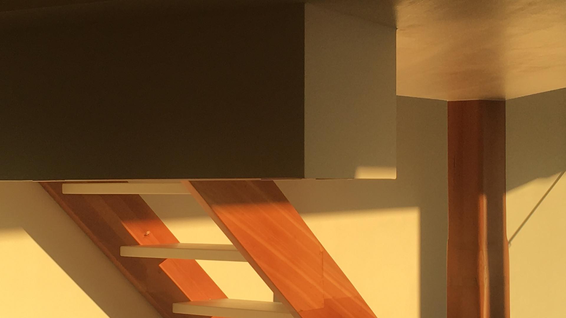 Detalhe da escada e iluminacao natural