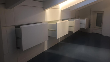 Mezanino com detalhes de armarios abertos