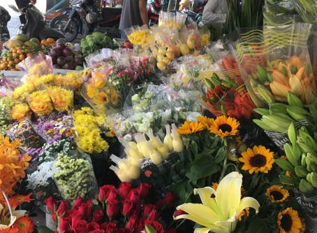 ベトナムの市場はお花がいっぱい
