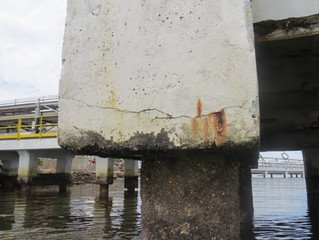 Ataque em estruturas de concreto por ação de cloretos.