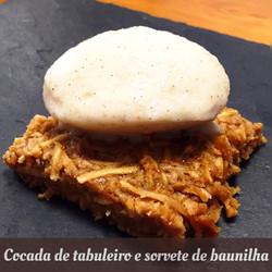 Cocada de tabuleiro e sorvete de baunilh