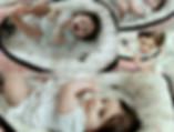 תינוקת בזמן ערות בקן שינה - בייבי נסט
