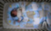 תינוק ישן בקן שינה - בייבי נסט  בעריסה