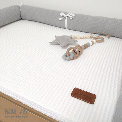 משטח החתלה - פיקה לבן עם נחשוש פיקה אפור בהיר