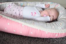 תינוק ישן בבייבי נסט