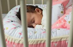 תינוק ישן בקן שינה - בייבי נסט לשינה רגועה ובטוחה