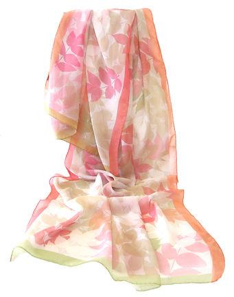 Luftiger Damen Seidenschal mit Eschenblättern in zarten Lachs-, rosa- und Grüntönen. Aus Georgette-Seide entworfen von YuridesignSchweiz