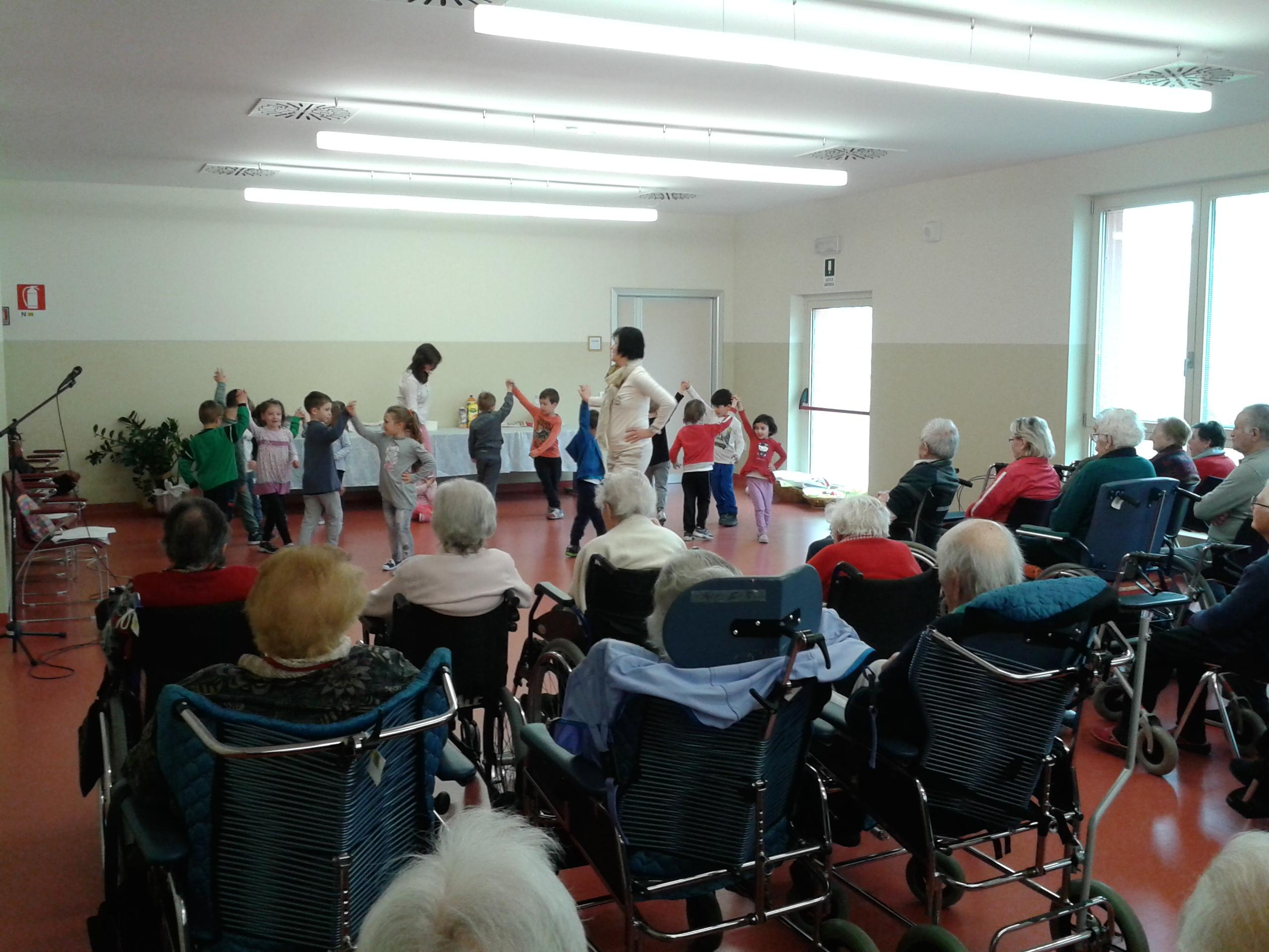 i bimbi cantano e ballano