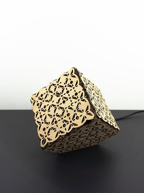 Lampe en bois cube découpée au laser
