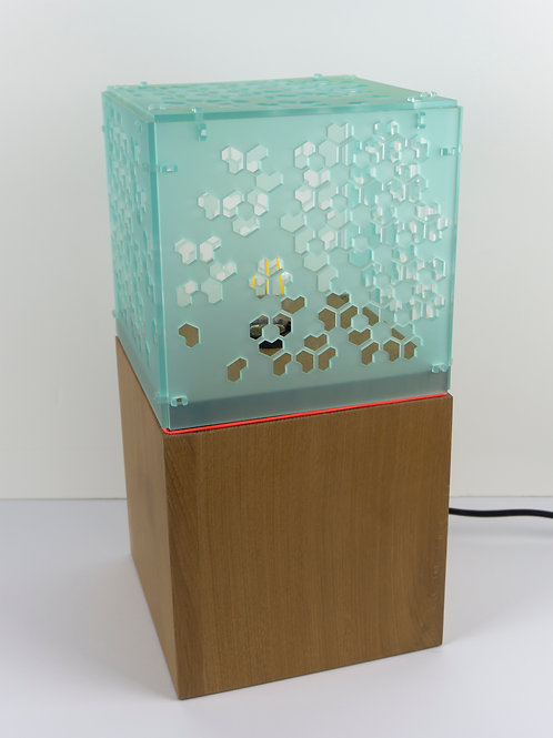 Lampadaire munu Nancy Philibert chêne et Plexiglas vert d'eau motif géométrique éteinte