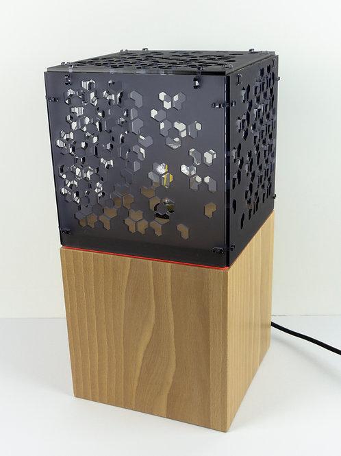Lampadaire munu Nancy Philibert hêtre et Plexiglas anthracite motif géométrique allumée