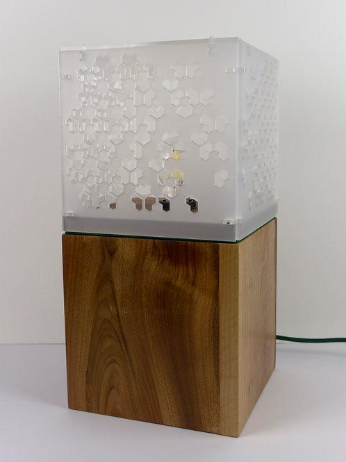 Lampadaire Nancy munu Philibert noyer et Plexiglas blanc motif géométrique éteint