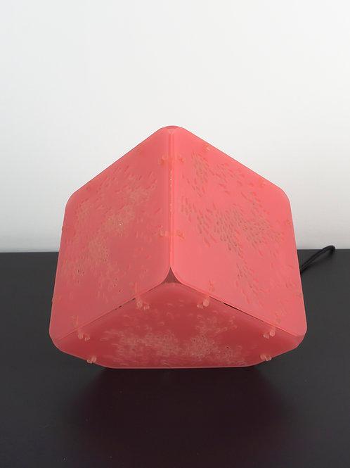 Lampe à poser munu Nancy Cunégonde en plexiglas rose vue face éteinte