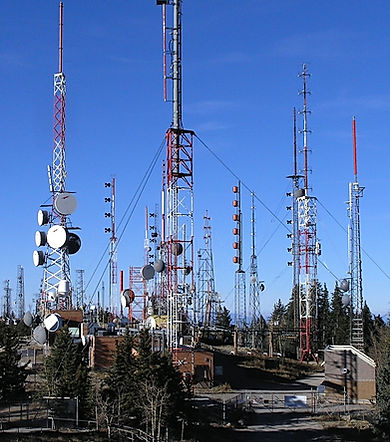 Radio_towers_on_Sandia_Peak_-_closeup.jp