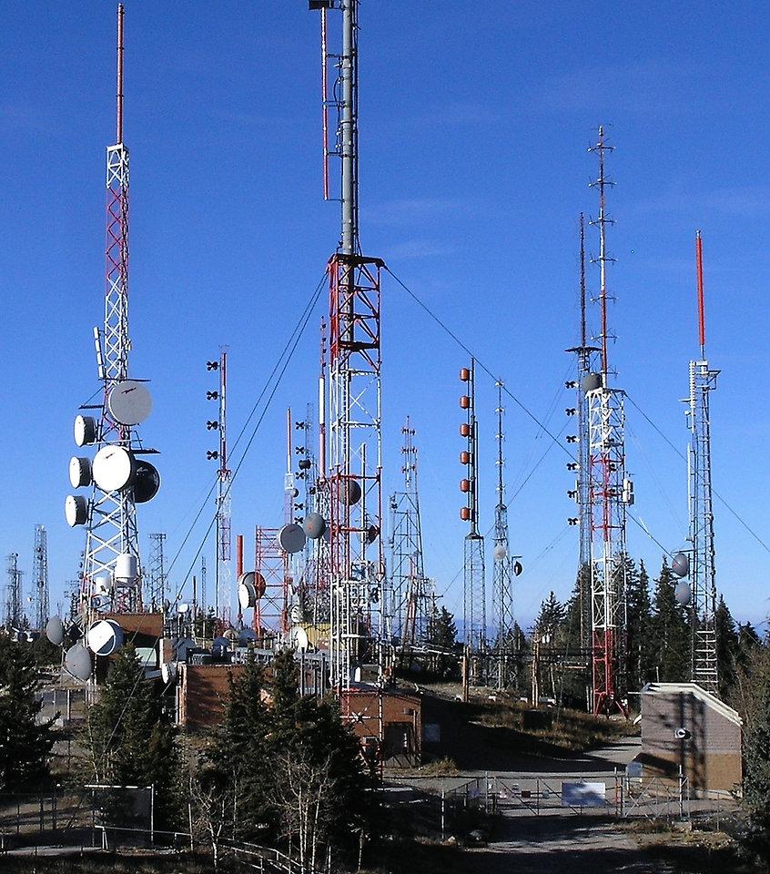 Radio_towers_on_Sandia_Peak_-_closeup.jp