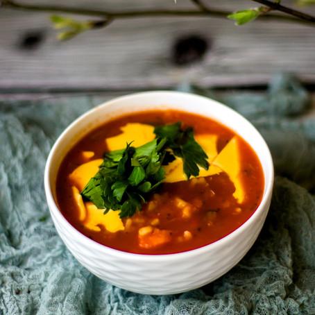 Trinta pomidorų sriuba su makaronais ir sūriu