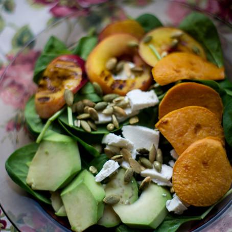 Keptų persikų, saldžių bulvių ir fetos salotos