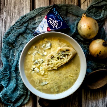 Svogūnų sriuba su pelėsiniu sūriu