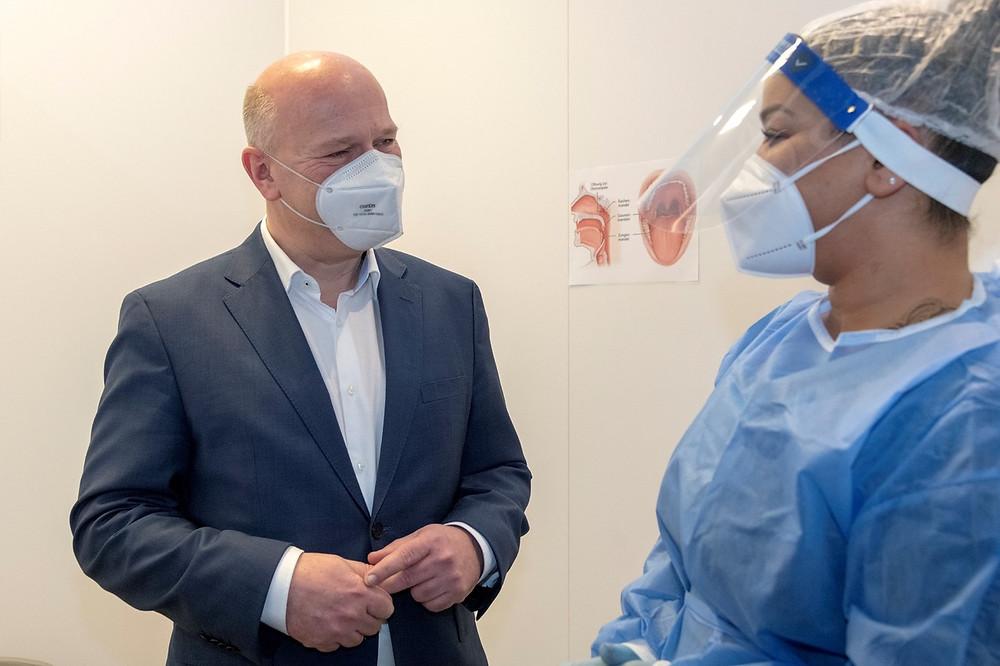 Kai Wegner, CDU-Landesvorsitzender, im Corona Testzentrum Kudamm
