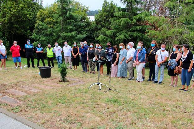 Los asistentes, en silencio, antes de proceder con la plantación del texu junto al colegio San Félix de Candás. / P. G.-P.