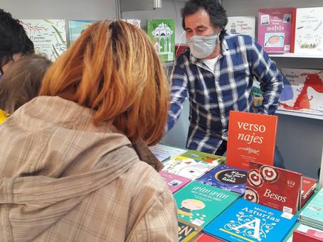Aurelio González Ovies firma en la caseta de Pintar-Pintar (Gijón)