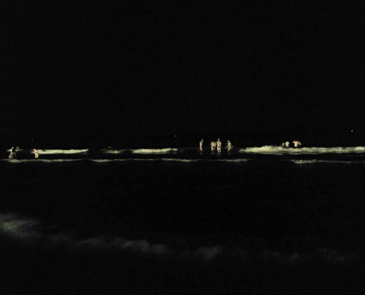 La Mar. La Noche. Chasquido de olas y nuestros corazones que desembarcan. ..... Poema: Aurelio Gonzalez Ovies Foto: Elisa Torreira