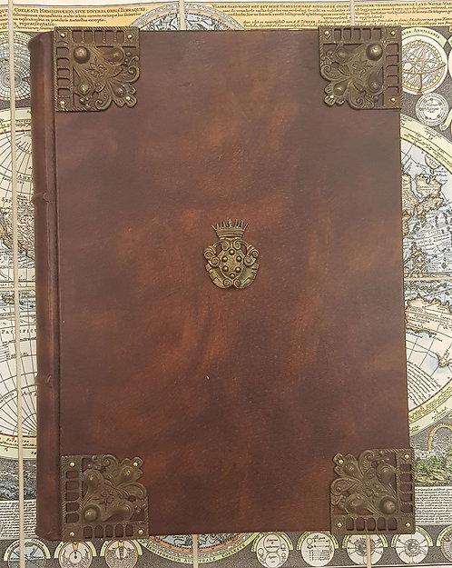 Grande quaderno in pelle, 8 angoli e stemma medicea in ottone
