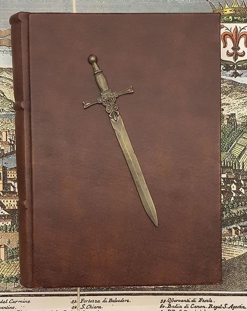 Quaderno rilegato in pelle con carta sfrangiata e spada medioevale in ottone