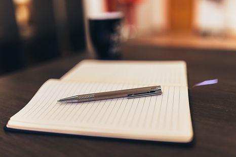 Bloc-notes et un stylo