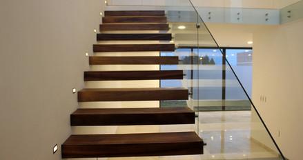 Escaleras voladas estructurales.