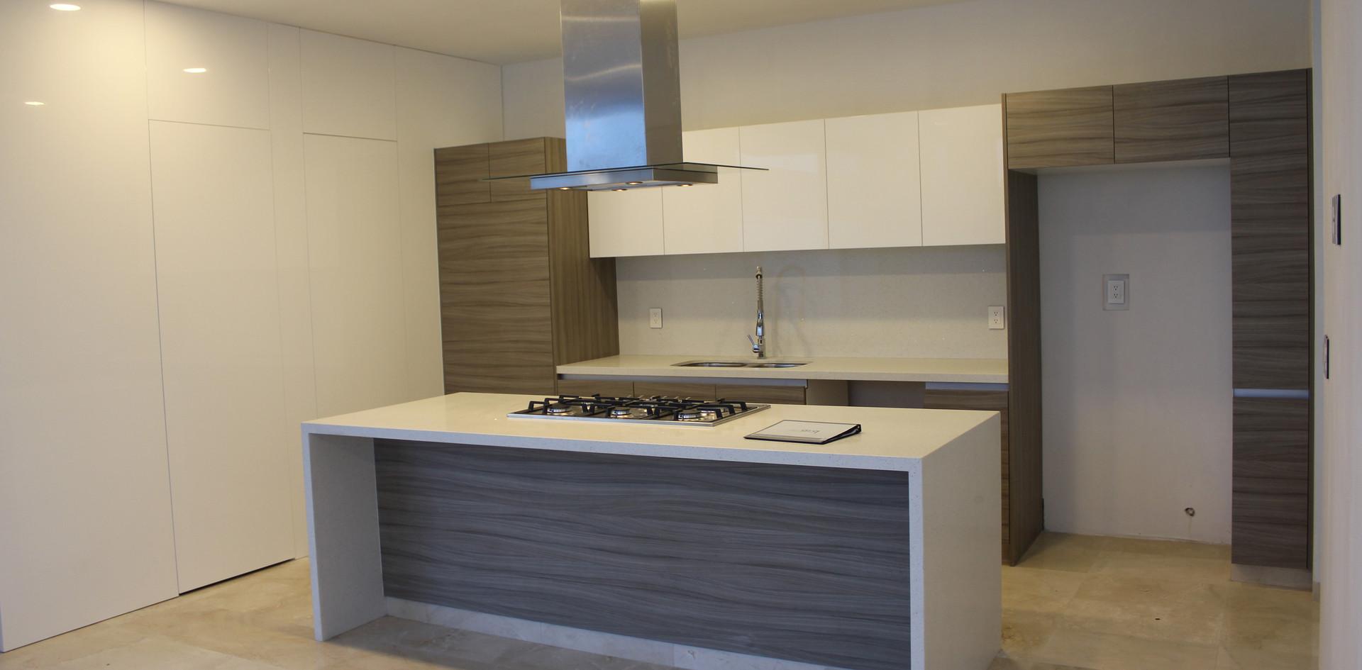Cocina con muro lateral de madera y accesos