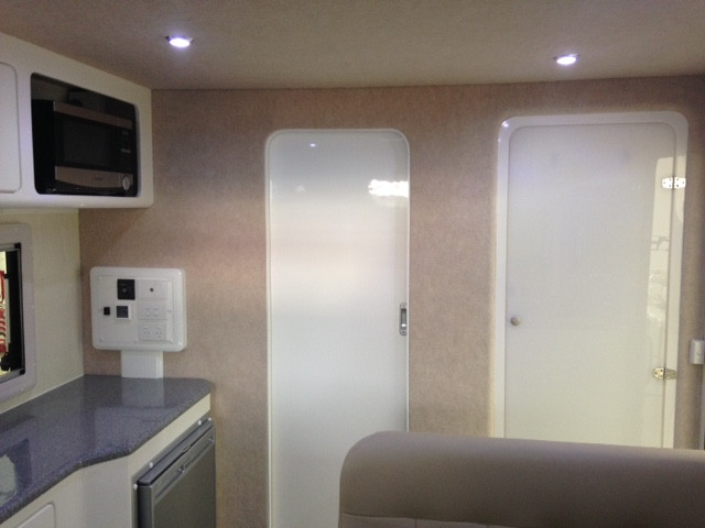 Karavané Ensuite Doors Closed Small Fridge