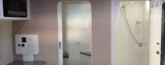 Karavané Ensuite Doors Open Small Fridge