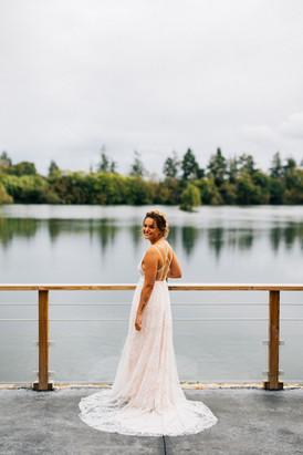 Future mariée attend son homme au bord du Lac Bleu, dans sa robe sur mesure par Anne-Laure Neves
