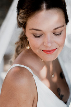jolie mariée portant une robe de mariée bohème empire Anne-Laure Neves