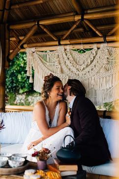 Les jeunes mariés s'embrassent. Robe de mariée sur mesure