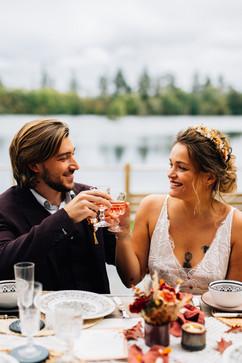 Les jeunes mariés trinquent à leur bonheur au Domaine du Lac Bleu en Gironde