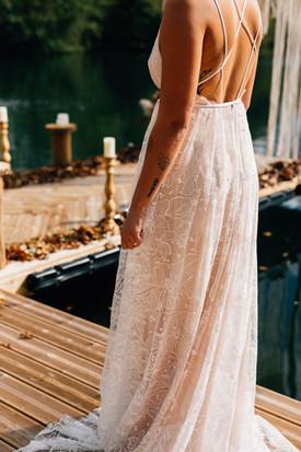 Robe de mariée unique et sur mesure en tulle brodé sur fonds rose poudré, création de Anne-Laure Neves