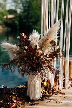 Cérémonie laïque bouquet de fleurs et cache pot en macramé