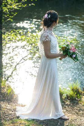 Douceur dans cette robe de mariée fluide créée sur mesure par Anne-Laure Neves