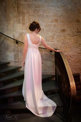 Robe de mariée créée sur mesure. Robe fluide avec traîne et décolleté dos. Créatrice Anne-Laure Neves