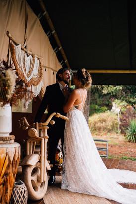 Les mariés filent se reposer dans la tente gypsy du Domaine du Lac Bleu
