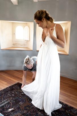 Habillage de la mariée robe sur mesure Anne-Laure Neves